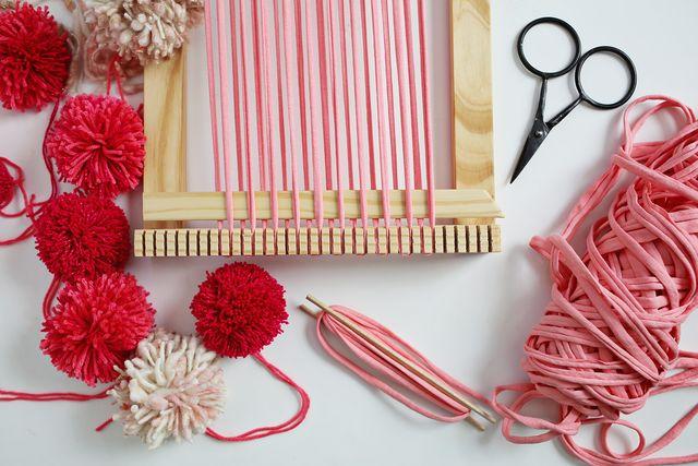 Tutorial tapiz en telar con pompones y trapillo - Reciclar restos de lana ...